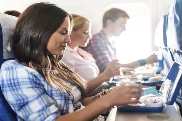 Μεγάλη προσοχή: Αυτός είναι ο λόγος που θα πρέπει να αποφεύγετε πάντα το φαγητό του αεροπλάνου!
