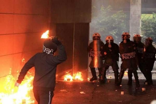 Επεισοδιακή νύχτα στο Πολυτεχνείο: Επίθεση με μολότοφ κατά των ΜΑΤ!