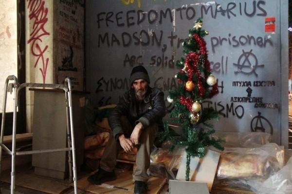 Τα Χριστούγεννα ενός άστεγου: Ο Δήμος πέταξε το γιορτινό δέντρο του! (photos)