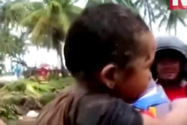 O 5χρονος που γλύτωσε από το τσουνάμι: Τον ανέσυραν 12 ώρες μετά μέσα από τα ερείπια (video)