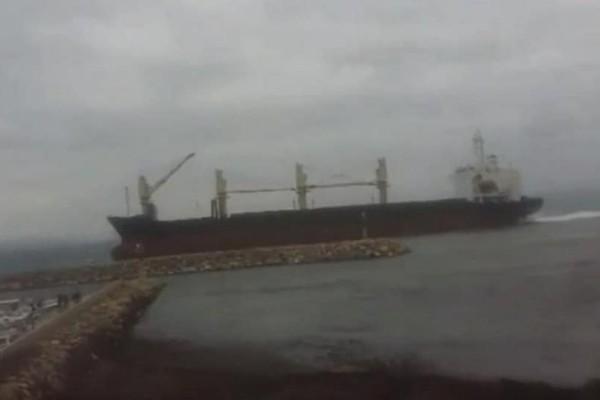 Συναγερμός στη Χίο: Άνεμοι έσπρωξαν αγκυροβολημένο πλοίο στον λιμενοβραχίονα!
