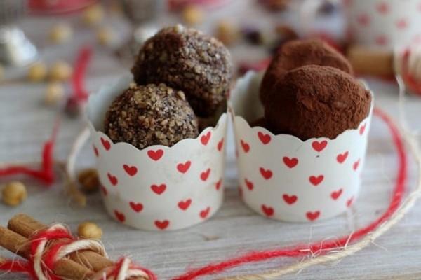 Χριστουγεννιάτικα σοκολατένια τρουφάκια με ζαχαρούχο γάλα και ινδοκάρυδο