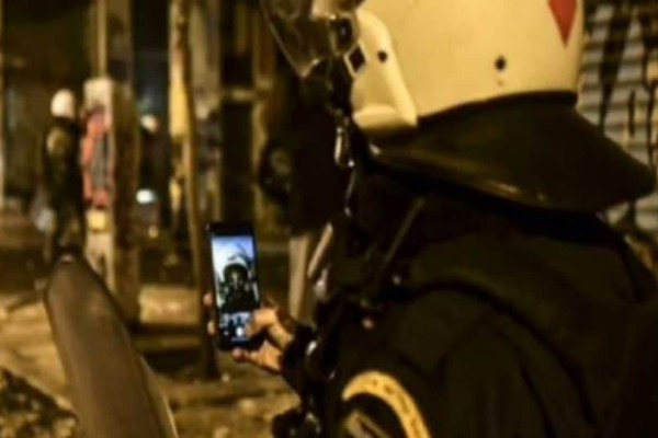Ξεφτίλα: Αστυνομικός έβγαλε selfie στα Εξάρχεια την ώρα των επεισοδίων!