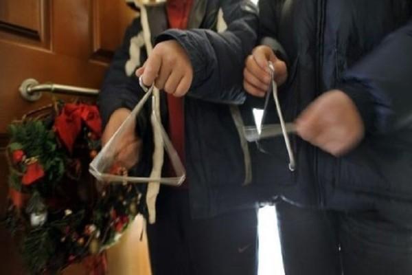 Δραπετσώνα: Ανήλικοι έκλεψαν τα λεφτά παιδιών που έλεγαν τα κάλαντα!