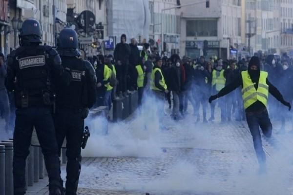 Παρίσι: Η αγκαλιά αστυνομικού με διαδηλώτρια των