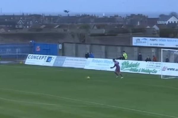 Επικό: Τερματοφύλακας πέτυχε γλάρο στον αέρα! (video)