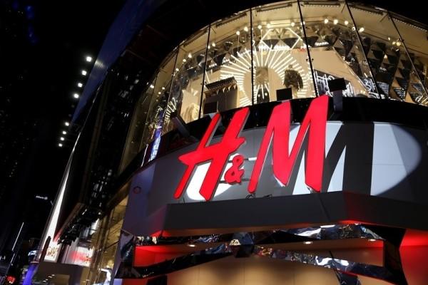 H&M: Το σικάτο και εντυπωσιακό μαύρο φόρεμα που θα απογειώσει την εμφάνισή σου!