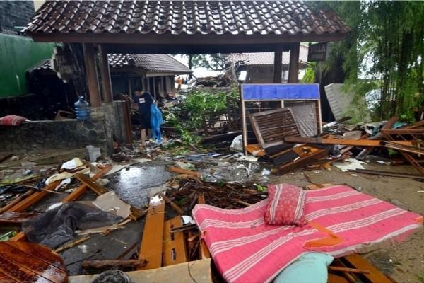 Ινδονησία: Εικόνες απόλυτης καταστροφής μετά το τσουνάμι! - Τουλάχιστον 222 νεκροί και εκατοντάδες τραυματίες