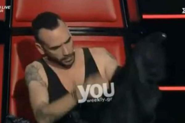 The Voice: Απίστευτο! Ο παίκτης του Μουζουράκη ήταν στην σκηνή και εκείνος.. άλλαζε την μπλούζα του on camera! (Βίντεο)