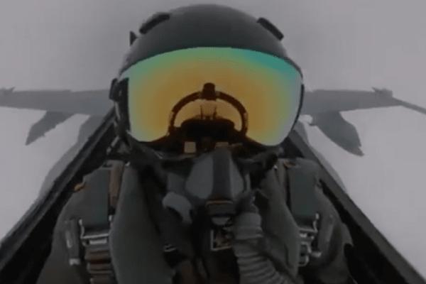 Σοκαριστικό: Κεραυνός χτυπά F-18 στον αέρα! (video)