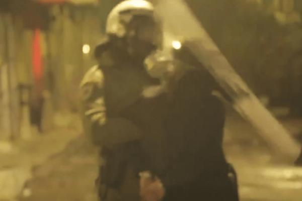 Βίντεο ντοκουμέντο από τα επεισόδια στα Εξάρχεια: Αστυνομικός χτυπά συλληφθέντα στο κεφάλι!