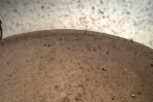 Πλανήτης Άρης: Οι μαγικές πρώτες φωτογραφίες του InSight χωρίς το προστατευτικό κάλυμμα του φακού!