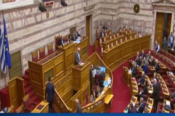 «Σκάσε τσόκαρο» - «Κάτσε κάτω γελοίε»: Απίστευτος καυγάς στην Βουλή!