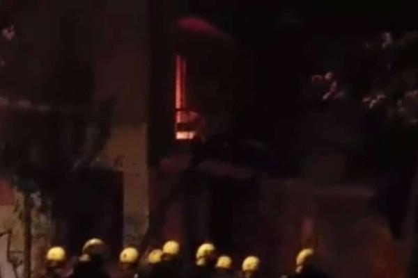 Εξάρχεια: Διαμέρισμα του 1ου ορόφου πήρε φωτιά (video)