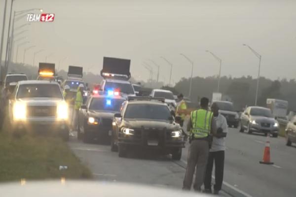 Βίντεο σοκ: Οδηγός εκσφενδονίζει στον αέρα αστυνομικό!