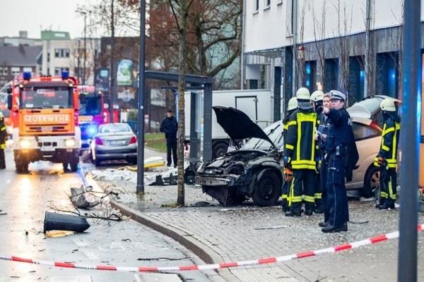 Τρόμος στην Γερμανία: Αυτοκίνητο έπεσε σε στάση λεωφορείου! - Μία νεκρή και 8 τραυματίες!