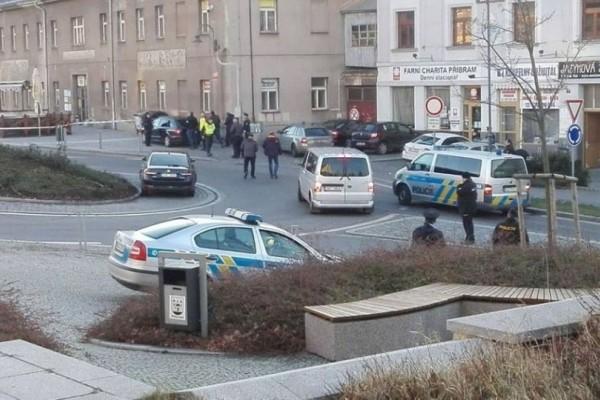Πανικός σε τράπεζα στην Τσεχία: Ένοπλος κρατά 8 ομήρους!