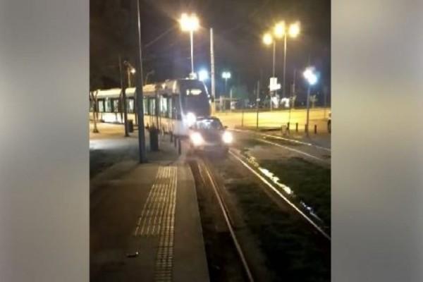 Ο Ελληνάρας της ημέρας: Οδηγός άφησε το αυτοκίνητό του στις ράγες του τραμ! (video)