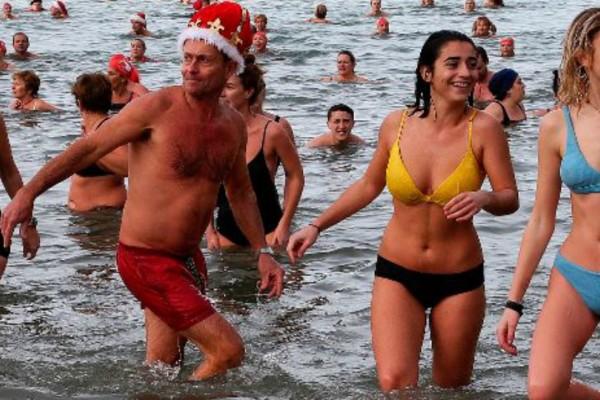 Βουτιές στα παγωμένα νερά: Πώς γιόρτασαν τα Χριστούγεννα οι πιο θαρραλέοι στην Ευρώπη! (video)