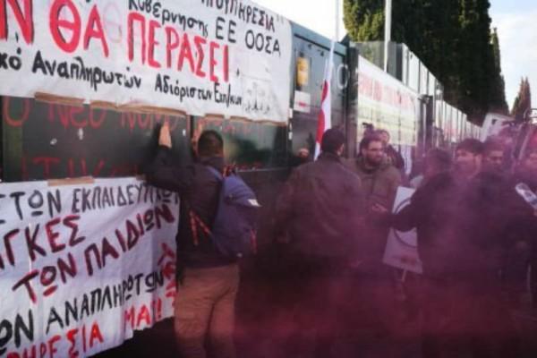 Ένταση στο Υπουργείο Παιδείας: Καθηγητές σκαρφάλωσαν στην πύλη (video)