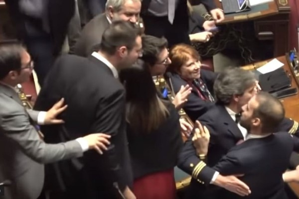 Ιταλία: Χαμός στη Βουλή! Πιάστηκαν στα χέρια! (video)