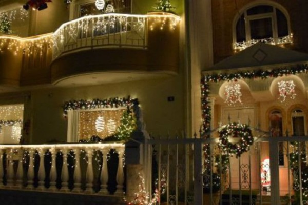 Στολισμός υπερπαραγωγή: Αυτή είναι η πολυκατοικία με τα περισσότερα χριστουγεννιάτικα φωτάκια! (video)