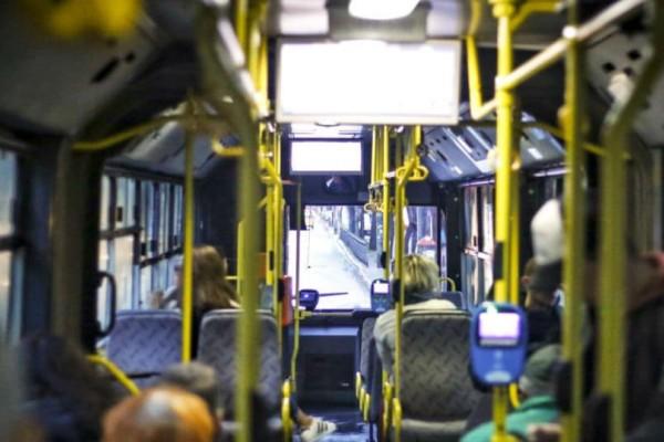 Η κίνηση του ελεγκτή που έκανε τους επιβάτες να ξεσπάσουν σε χειροκρότημα και να δακρύσουν!