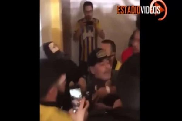 Απομυθοποίηση: Ο Ντιέγκο Μαραντόνα παίζει ξύλο με οπαδούς! (video)