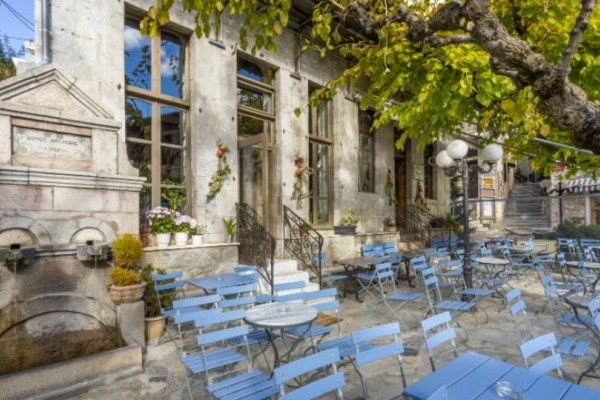 Αράχωβα: Τα αγαπημένα μας στέκια για ούζο και τσίπουρο συνοδεία λαχταριστών μεζέδων