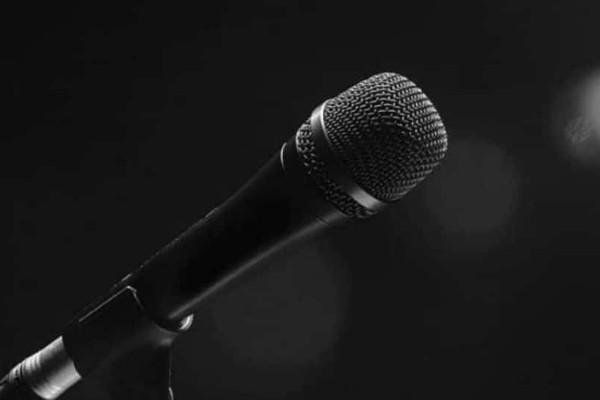 Πασίγνωστος Έλληνας τραγουδιστής