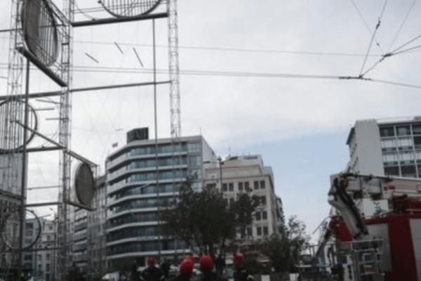 Συναγερμός στην Ομόνοια: Άντρας ανέβηκε στο γλυπτό της πλατείας