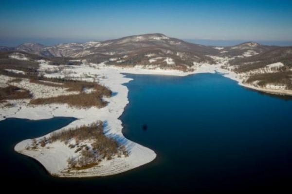 Μαγευτικό τοπίο: Εικόνες από τη χιονισμένη λίμνη Πλαστήρα