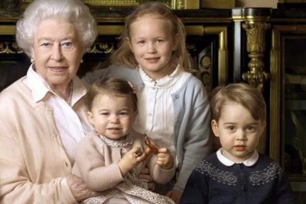 Η συλλεκτική φωτογραφία του πρίγκιπα Τζορτζ και της πριγκίπισσας Σάρλοτ στο γραφείο της βασίλισσας Ελισάβετ!