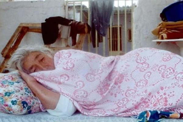 Σοκ στην Κρήτη: Έβαλε κάμερες και είδε την ανήμπορη μητέρα της να...