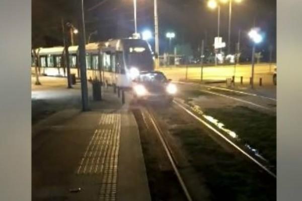 Απίστευτο: Οδηγός άφησε το αυτοκίνητό του στις ράγες του τραμ! (video)