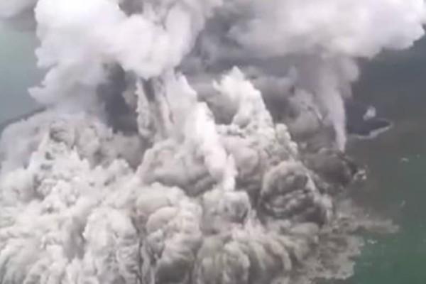 Βίντεο σοκ από την έκρηξη του ηφαιστείου που προκάλεσε το τσουνάμι!