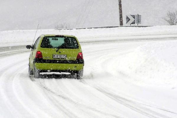 Κρήτη: Προβλήματα στην κυκλοφορία σε δρόμους από την έντονη χιονόπτωση