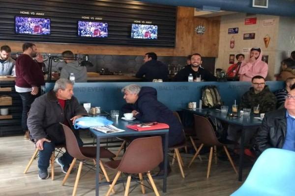 Καλαμάτα: Γέμισαν οι καφετέρειες πρωί πρωί Πέμπτης για να δουν τον Τσιτσιπά!
