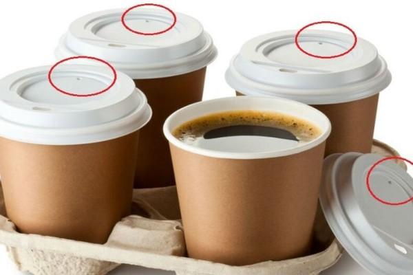 Αποκλείεται να το γνώριζες: Σε τι χρησιμεύει η μικρή τρυπούλα στο καπάκι του καφέ;