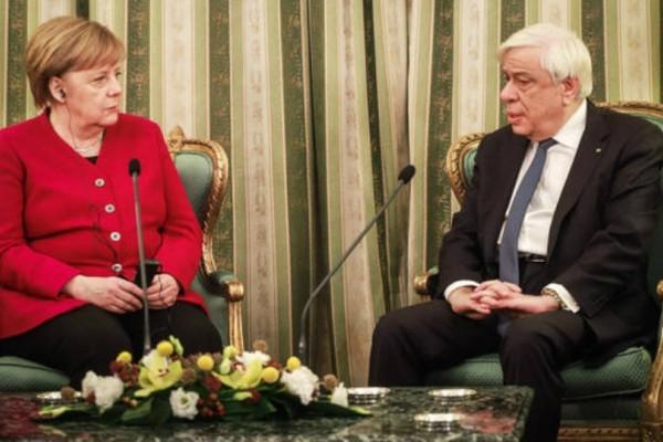 Μέρκελ: Αναλαμβάνουμε απόλυτη ευθύνη για τα εγκλήματα των Ναζί