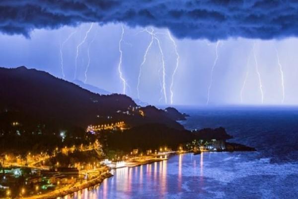 Εντυπωσιακό βίντεο: «Βροχή» κεραυνών χτυπά  τον ουρανό της Σάμου!