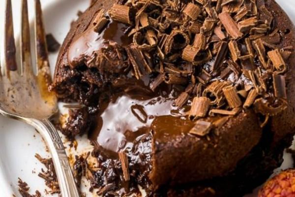 Εύκολη και απολαυστική σοκολατένια λάβα για δύο!