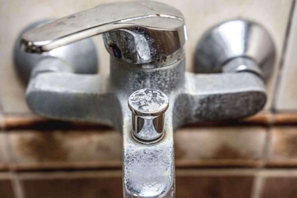 Θα σου λύσει τα χέρια: Ένας εύκολος και οικολογικός τρόπος για να καθαρίσεις τα άλατα!