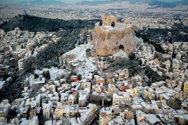 Υπέροχες εικόνες: Η χιονισμένη Ακρόπολη από ψηλά!