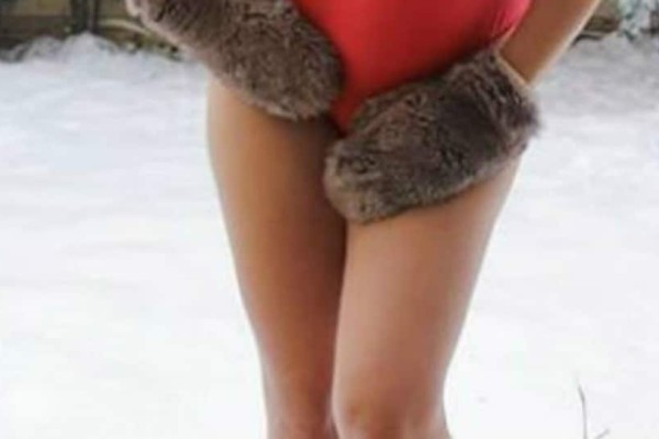 Γνωστή Ελληνίδα παρουσιάστρια ποζάρει με καυτό μαγιό... στα χιόνια!