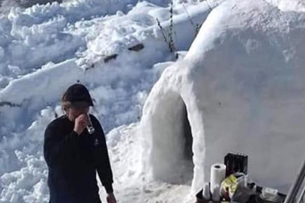 Επικό: Άνδρας στην Πρέβεζα έφτιαξε ιγκλού έξω από το σπίτι του και το γιόρτασε με… μπάρμπεκιου!