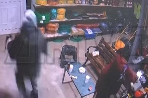 Σέρρες: Καρέ-καρέ η έφοδος διαρρηκτών με τσεκούρια σε μαγαζί! (Video)