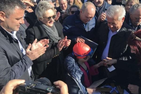 Ένα κοριτσάκι τους έβαλε τα... γυαλιά στην Κρήτη: Έπιασε τον σταυρό!