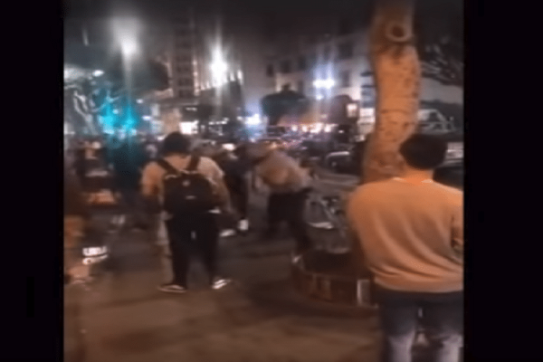 Απίστευτο κι όμως αληθινό: Άγριος καβγάς για ένα... χοτ ντογκ! (Video)