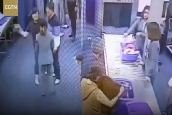Οργισμένη τουρίστρια χαστουκίζει υπάλληλο σε αεροδρόμιο κάνοντας... τσαμπουκάδες! (Video)